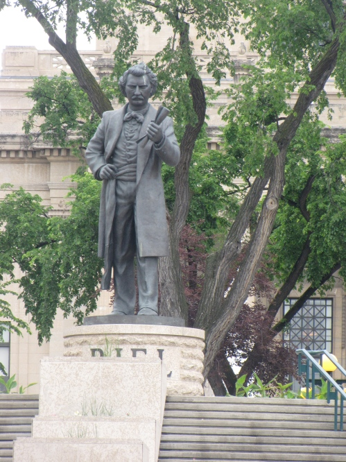 legislative building louis riel statue
