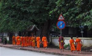 monks begging in luang prabang