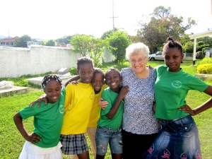mildred with the kids at the runaway bay resource centre