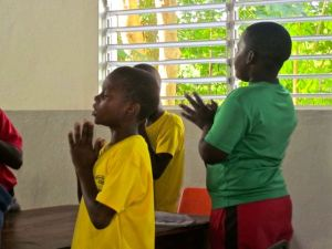kids praying before meal