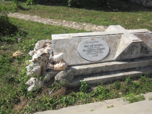 grave with sea shells