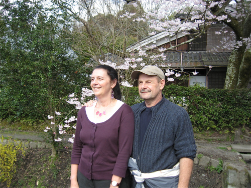 philosophers-walk-kyoto-couple blossoms