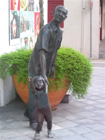 singapore sculpture grandparent and child