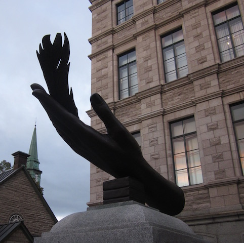 feather-in-the-hand-statue