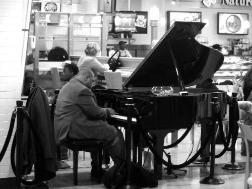 jazz-pianist-atlanta-airport