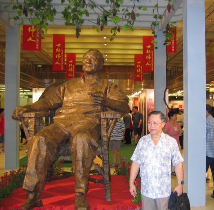 chinese man with deng xiaoping statue in hong kong