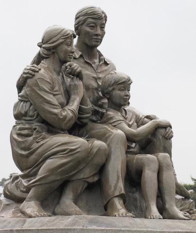 statue of a family blue palace seoul