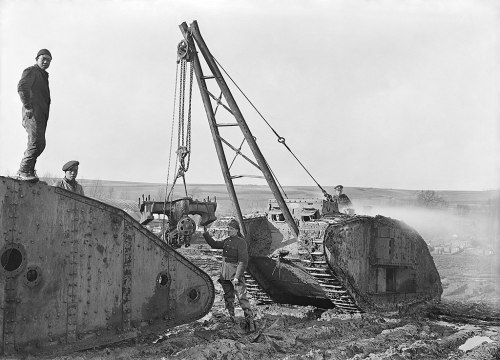 chinese workers help recover a wrecked tank Teneur 1918 public domain