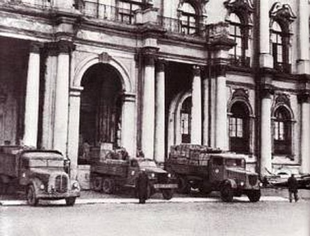trucks leave the hermitage in 1941